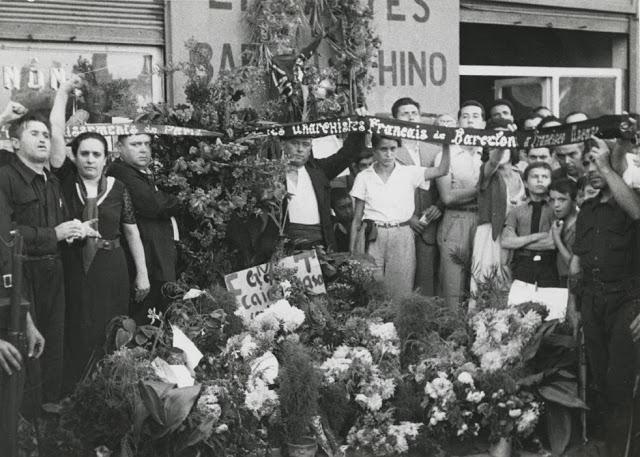 Anarquistas franceses rinden homenaje a Ascaso en el lugar en que cayó muerto. Fotografía: Pérez de Rosas