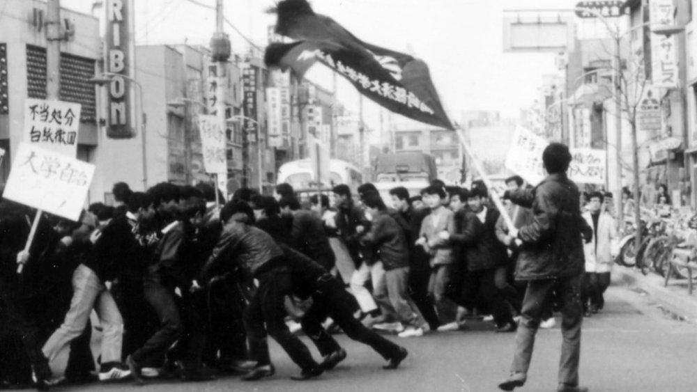 Columna de estudiantes japoneses en pleno «baile de la serpiente»
