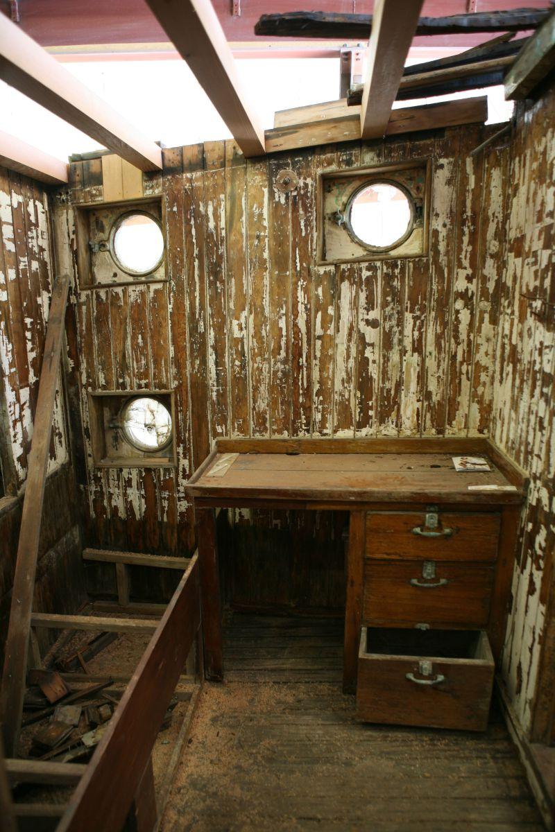 Interior del barco. Mesa donde Steinbeck tomaba notas