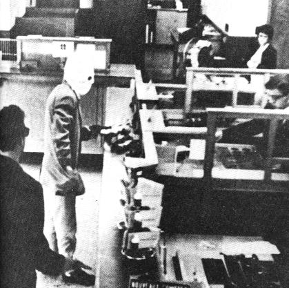 PETE «BLACK THUNDER» |Su primer destino fue como agente secreto en las famosas Secciones Buck Rogers. Como muchos de vosotros sabréis, Buck Rogers fue un héroe de las viñetas americanas durante los años treinta. En sus tiras cómicas, el bueno de Buck aparecía llevando grandes bazookas, radares o cualquier otra arma insólita. Tras Buck se escondían guionistas inspirados en la literatura de ciencia ficción. Luego, con la desmovilización, estuvo en la clandestinidad. Hay quien asegura que formó parte de una banda de atracadores de bancos, incluso que mantuvo contactos con grupos extremistas. No tiene horario. Las veinticuatro horas del día es un agente provocador. -