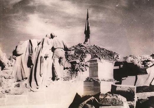Toma del Cerro de los Ángeles por los fascistas, que colocan una bandera española en lo alto