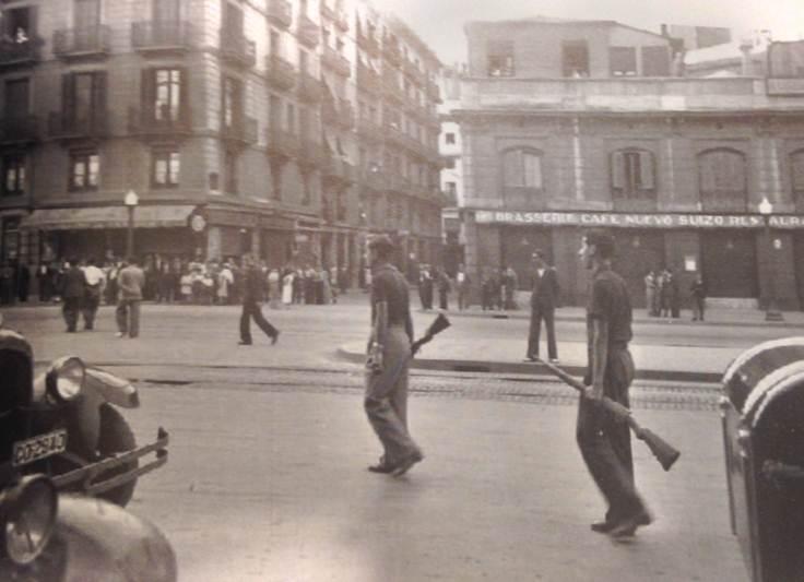 Militantes independentistas armados («Escamots») patrullan el centro de la ciudad