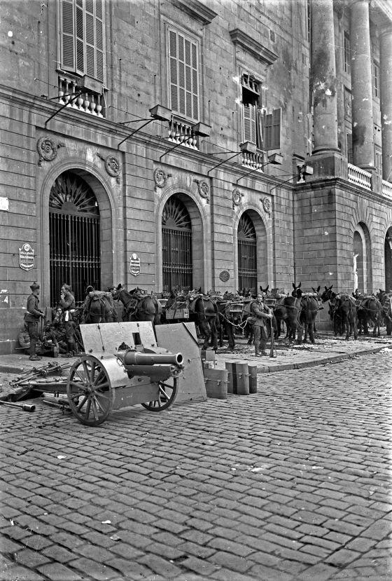 Tropas nacionales apostadas en el Ayuntamiento. Fotografía: Josep María Sagarra