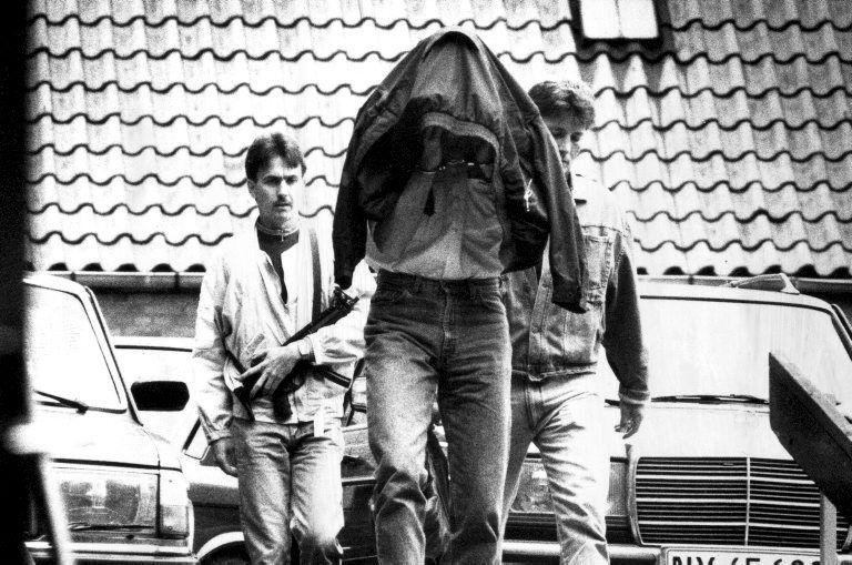 Agentes de la policía trasladan a uno de los detenidos