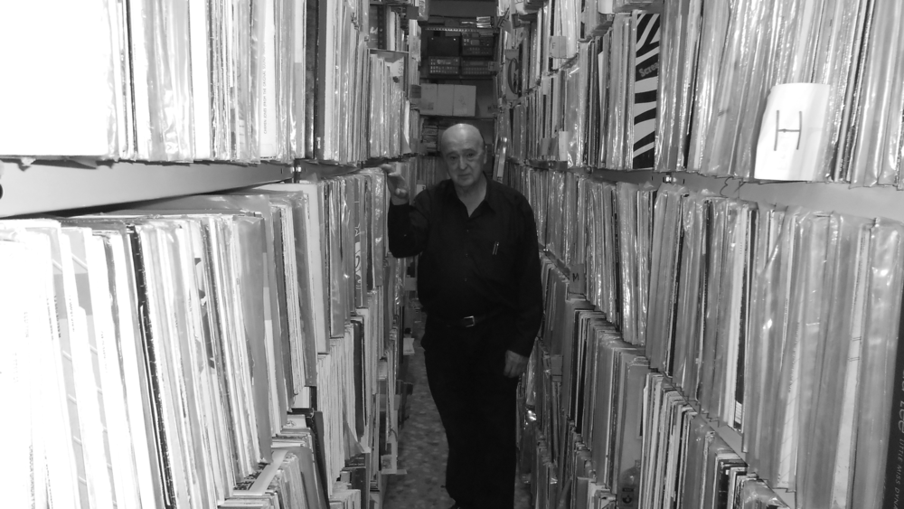 Las interminables estanterías con discos de José Luis Álvarez. Asegura tener unos trescientos mil