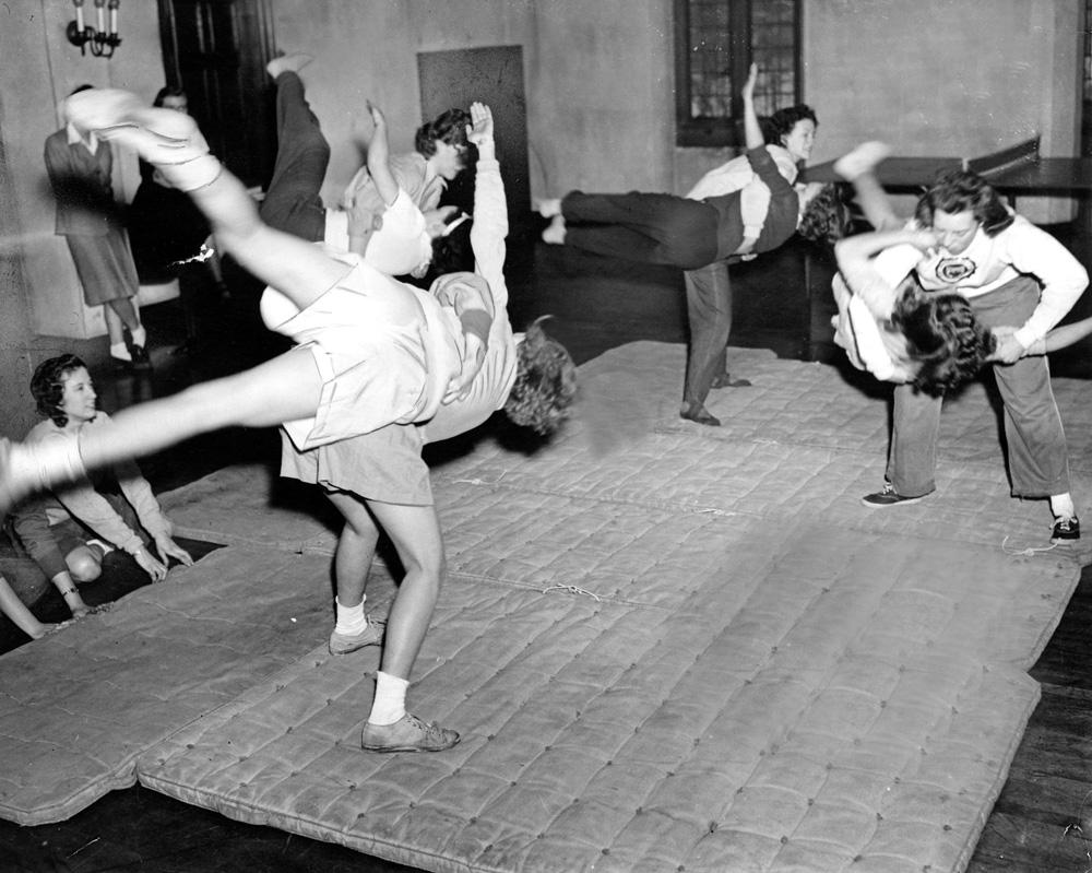 Feministas enseñan jiu-jitsu en la universidad de Chicago (1943)
