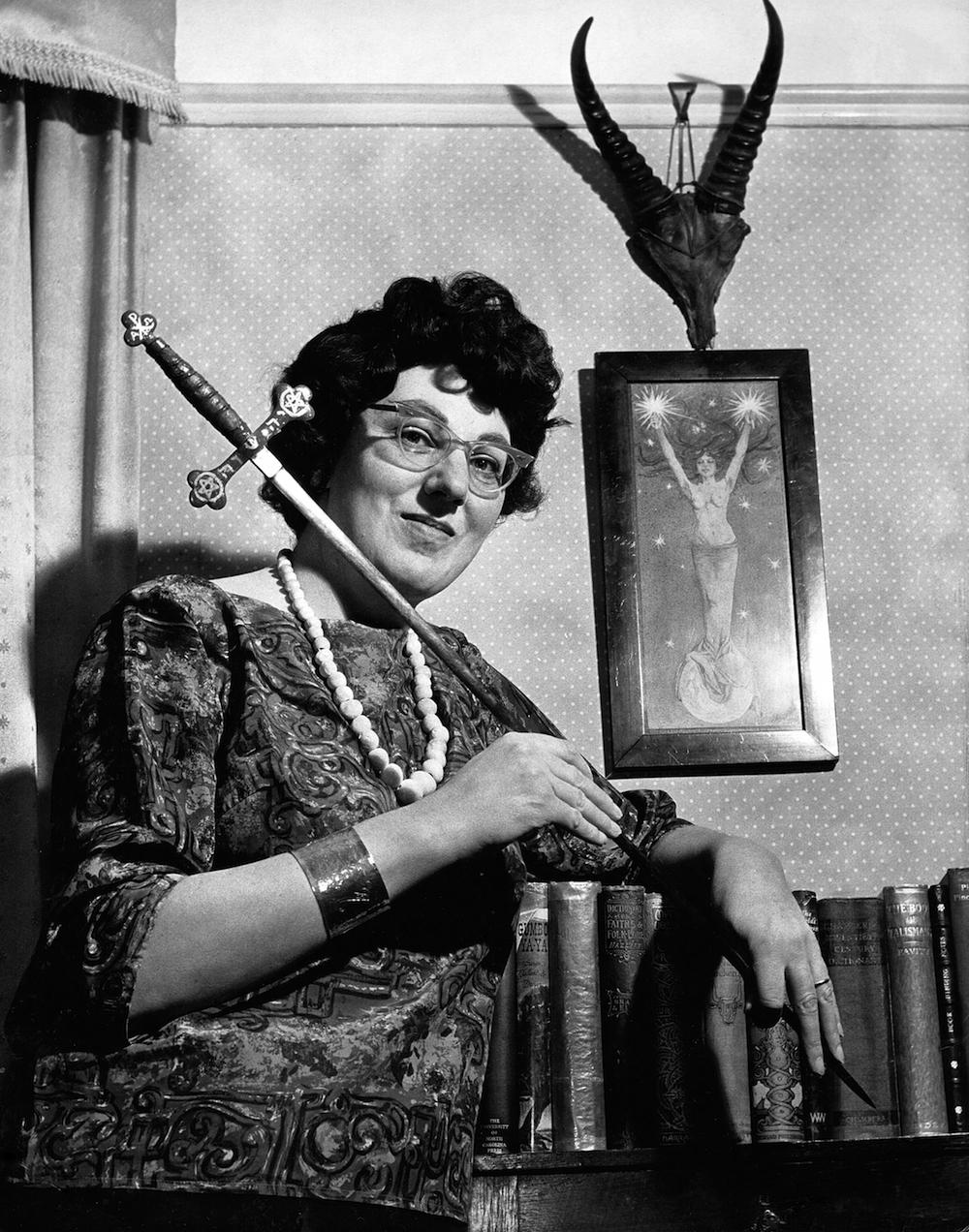 Doreen Valiente con una daga ritual. Foto:Brighton Museums