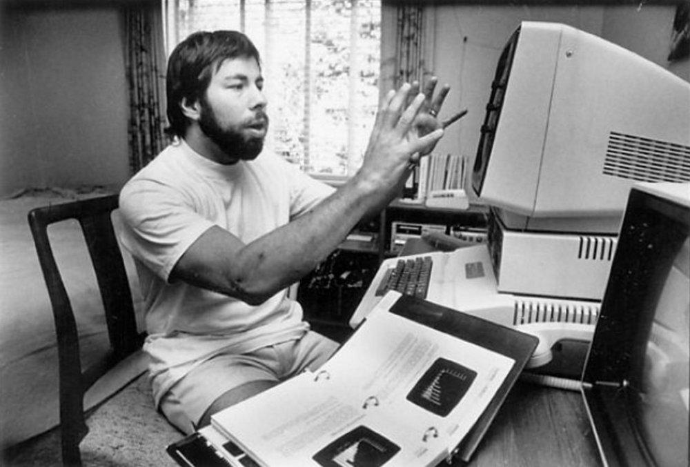Wozniak con su ordenador Apple. Fotografía: Steven Ringman (1982)