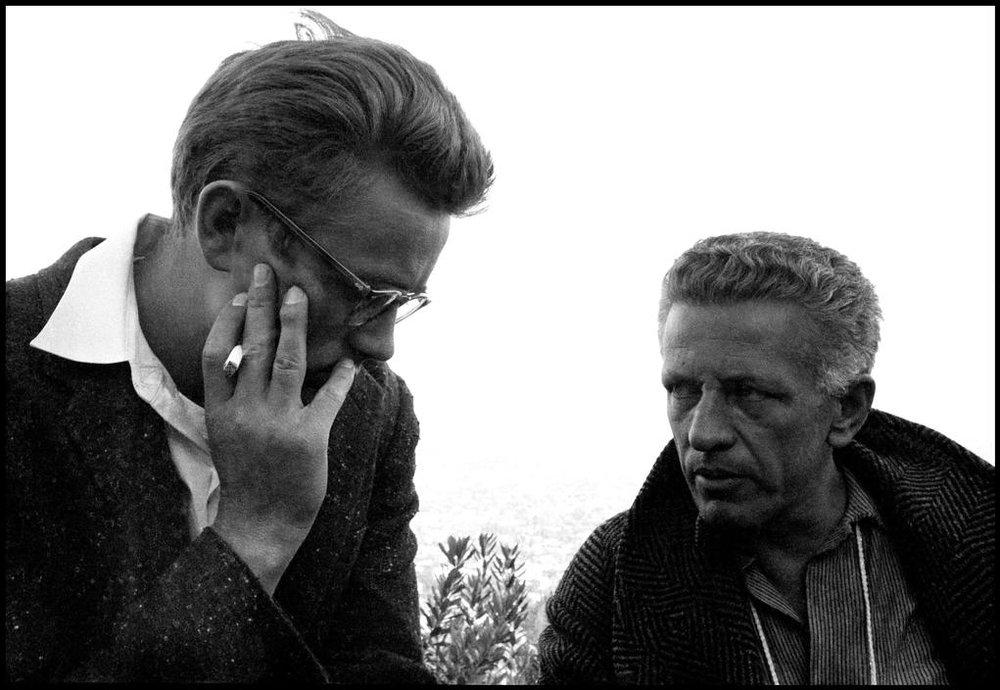 James Dean junto a Nicholas Ray durante el rodaje de  Rebelde sin causa . Fotografía:Dennis Stock, 1955