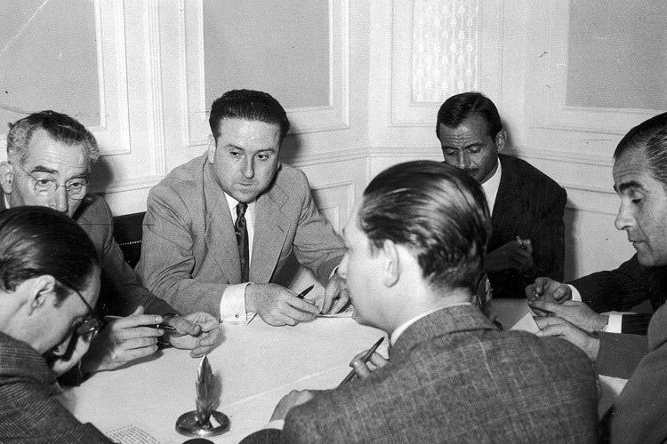 Lara, en el centro de la imagen, como miembro del primer Premio Planeta (1952), junto a Bartolomé Soler, Romero de Tejada, Tristán la Rosa, Pedro de Lorenzo,   González Ruano y Gregorio del Toro