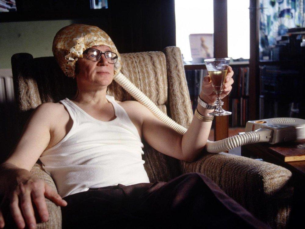 Colin Wilson en una extraña instantánea en su casa. Fotografía: Rex