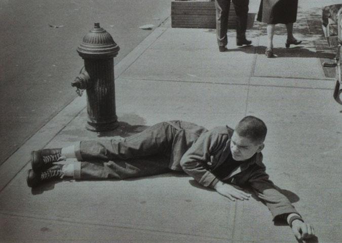Flanagn como teenager skinhead outsider por las calles de Nueva York