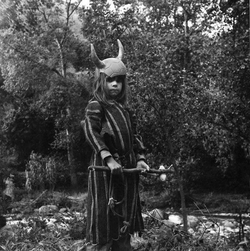 Harley en Marruecos con un casco y imagen vikinga. Fotografía:Collection of Harley Flanagan.
