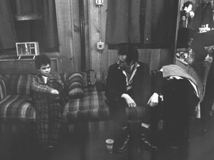 Flanagan, con 12 años, junto a Mick Jones y Joe Strummer en el backstage del Palladium de Nueva York. Fotografía: Pennie Smith