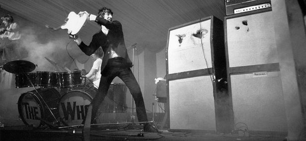 Pete Townshed de The Who destruye su guitarra, julio de 1966