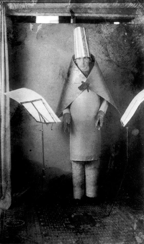 Hugo Ball, uno de los creadores de Dadá, luciendo un traje cubista realizado por Marcel Janco. Fotografía: Rue Des Archives / PVDE