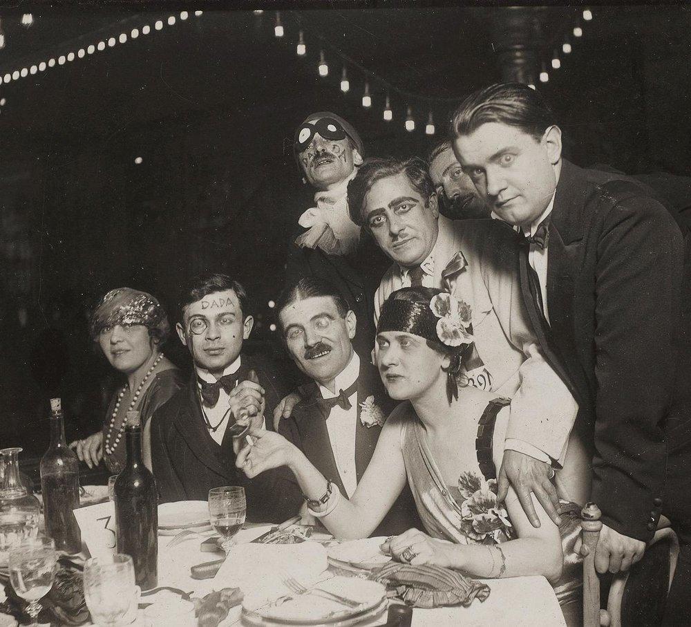 Cena de los dadaístas a comienzos de los años veinte. Fotografía: CNAC