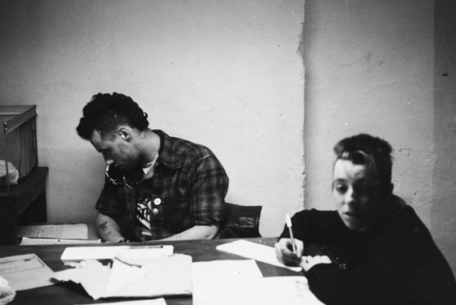 Alicia y Punky haciendo tareas de la oficina en la parte superior del Cafe Volter. Fotografía: Archivo Alicia Carmona