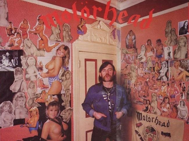 Aspecto del salón de la casa de Lemmy, decorado con fotografías de Samantha Fox
