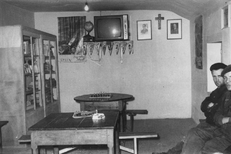 Un teleclub cualquiera. Preside la cruz y el retrato de Franco