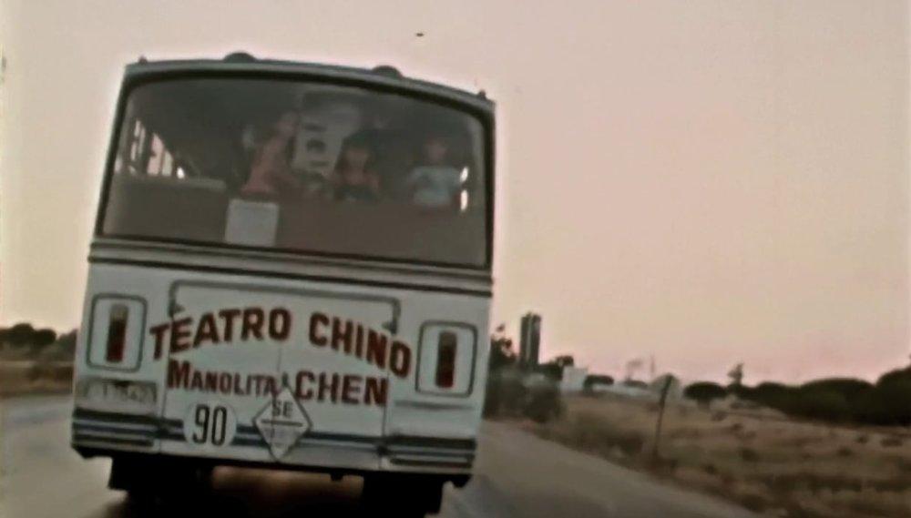 La furgoneta del Teatro Chino con la  troupe  de Manolita Chen