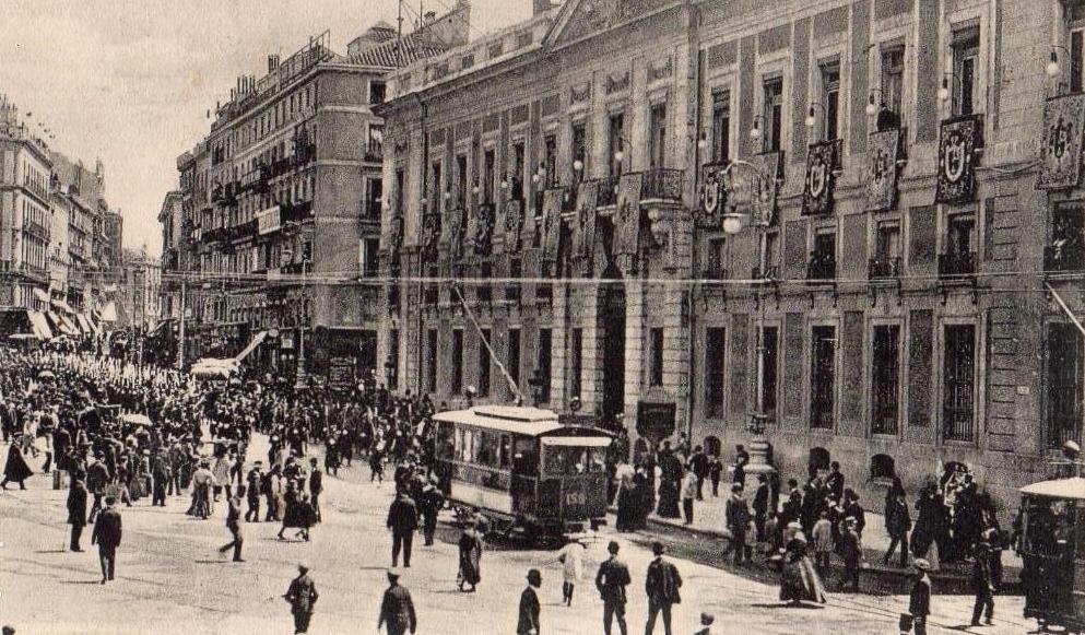 Puerta del Sol a comienzos del siglo XX. Al fondo, a la derecha, la calle Espoz y Mina