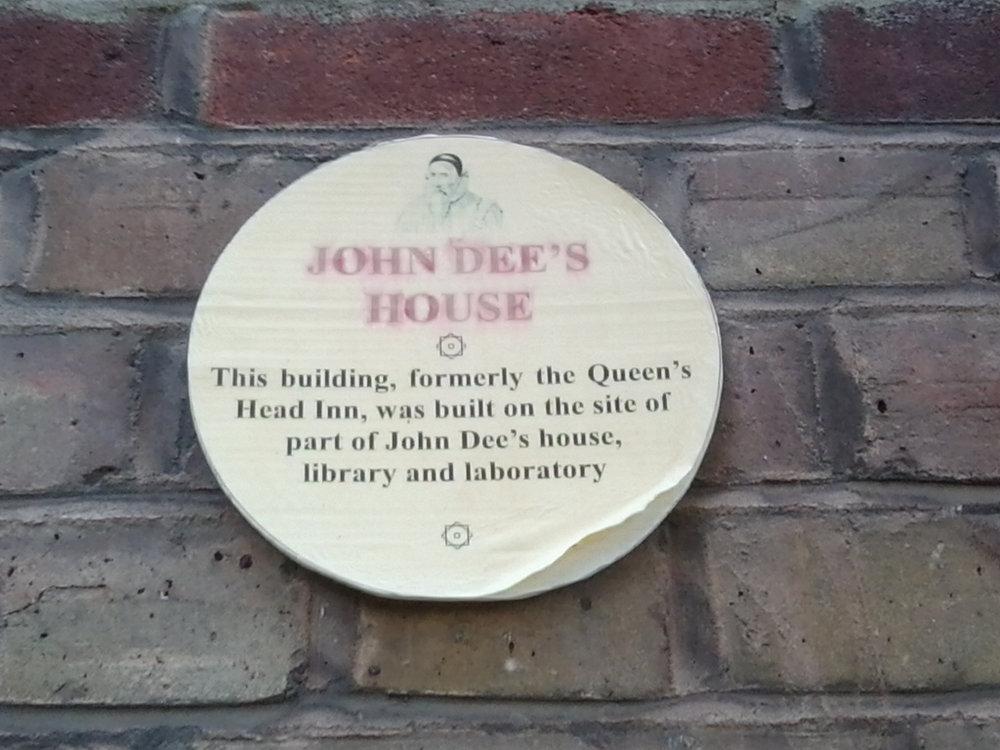 Placa donde supuestamente estuvo la casa de John Dee en Mortlake