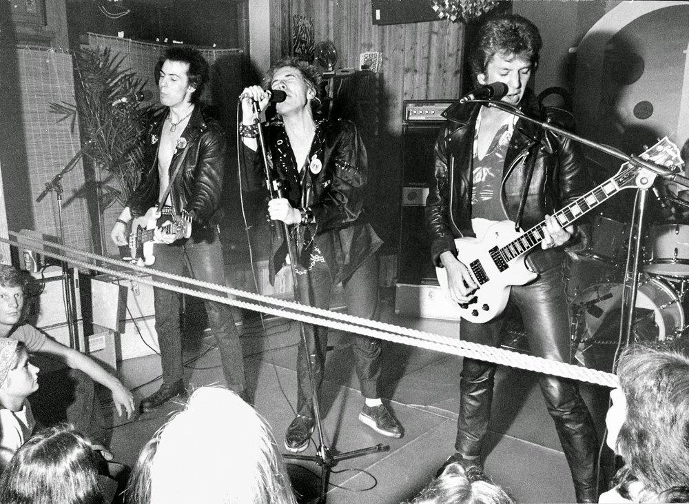 La banda durante su show en el Club Zebra. Una cuerda separa a los fans del grupo
