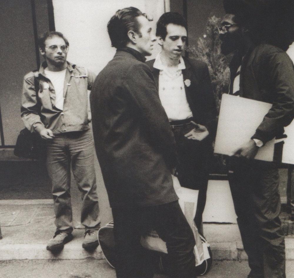 Joe Strummer, Mick Jones, Mikey Dread y, a la izquierda, Bernie Rhodes