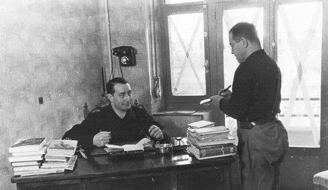 Manuel Hedilla (sentado) y su secretario privado, José Antonio Serrallach Julia. Fotografía: Familia Serrallach