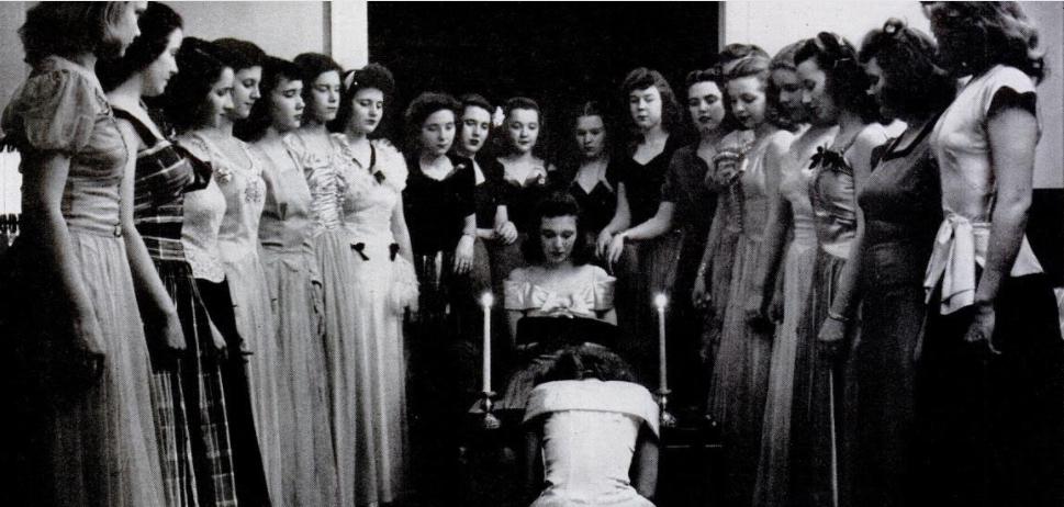 Rituales de iniciación para un club de chicas publicado en  LIFE  durante los años cuarenta