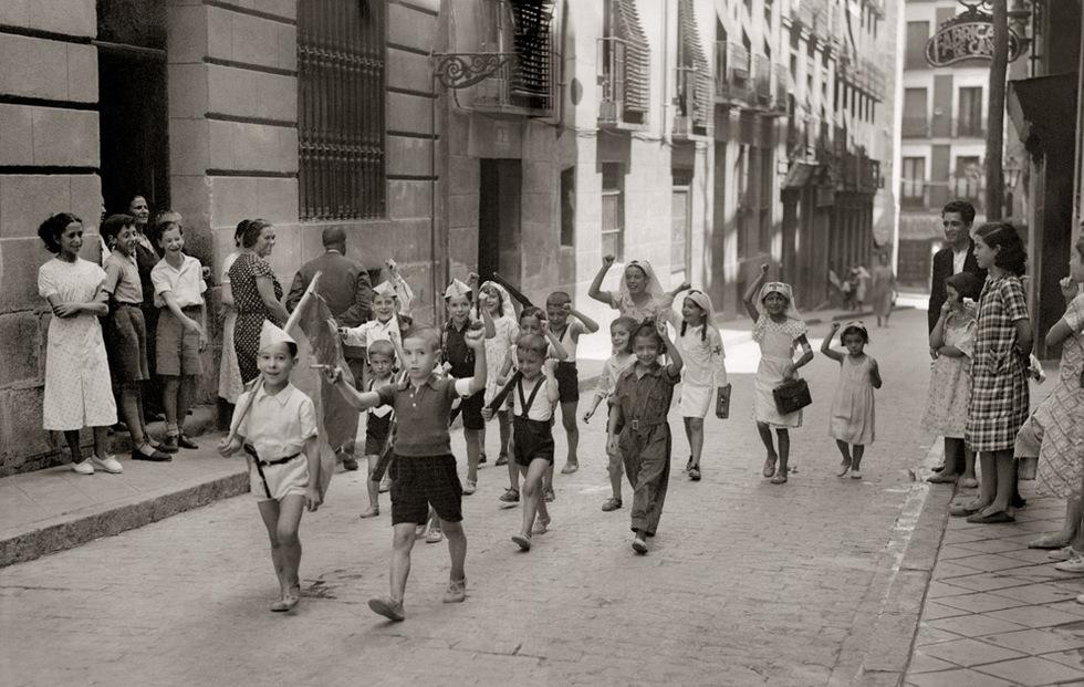 Niños y niñas jugando a ser milicianos en Lavapiés. Fotografía:Santos Yubero
