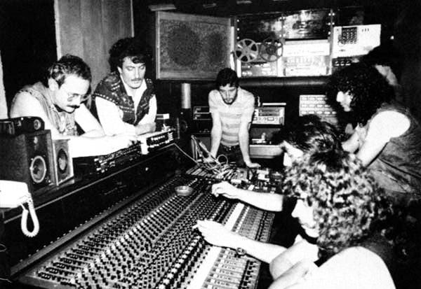 Obús con Tino Casal. Tino Casal, segundo por la izquierda, durante la grabación del disco  Poderoso como el trueno . Fotografía: www.obusnet.com
