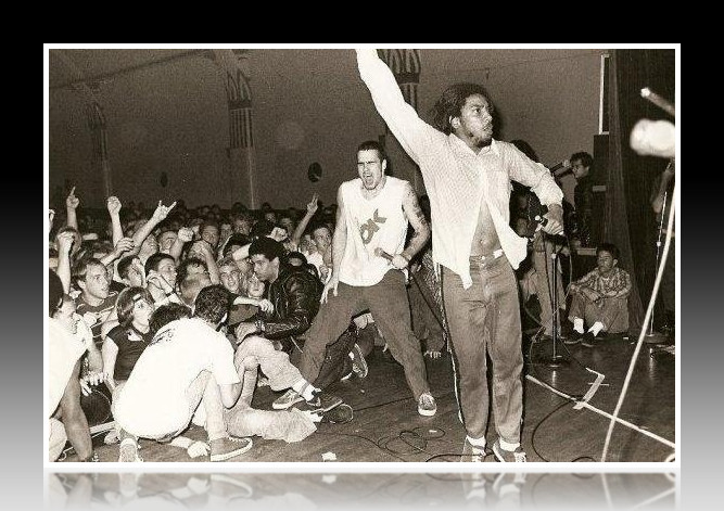 La foto del momento: Henry Rollins canta «Pay to cum» junto a Bad Brains