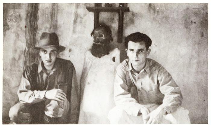 En el centro, la momia del soldado de la federación José Pérez, que custodiaba el mausoleo, junto a una pareja de investigadores