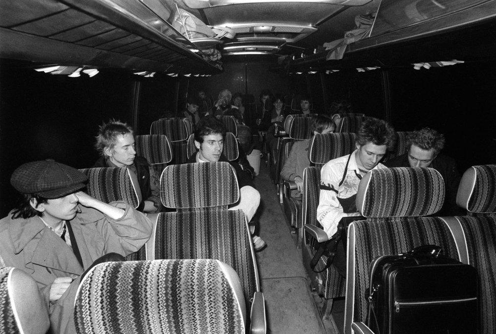 Sex Pistols y The Clash (Johnny Rotten, Paul Simonon, Joe Strummer, Mick Jones) en el Anarchy Tour bus