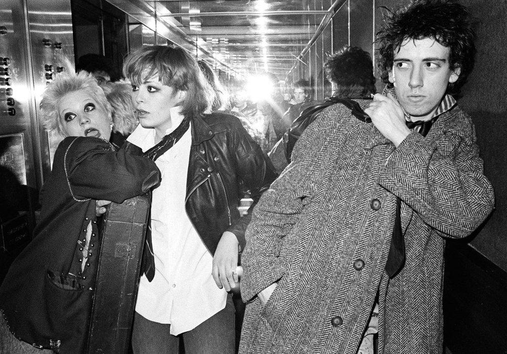Mick Jones junto a Debbie Juvenile y Tracey. Anarchy Tour
