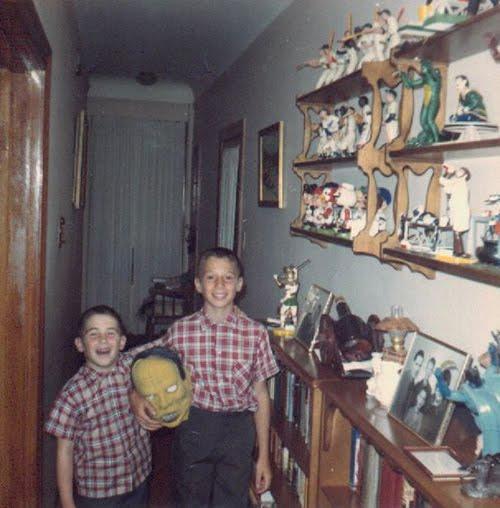 Dos niños junto a modelos de Aurora Monsters ( Boys Life , 1963)