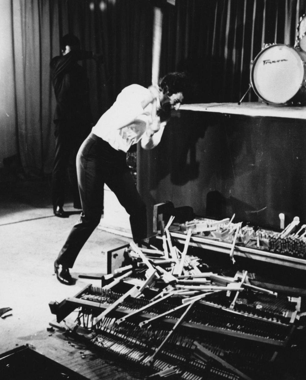 Tiempos de Pánico. Jodorowsky destruyendo un televisor en un programa de televisión en 1967