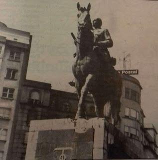 La estatua de Franco tras el atentado. Se observan algunos desperfectos en su base