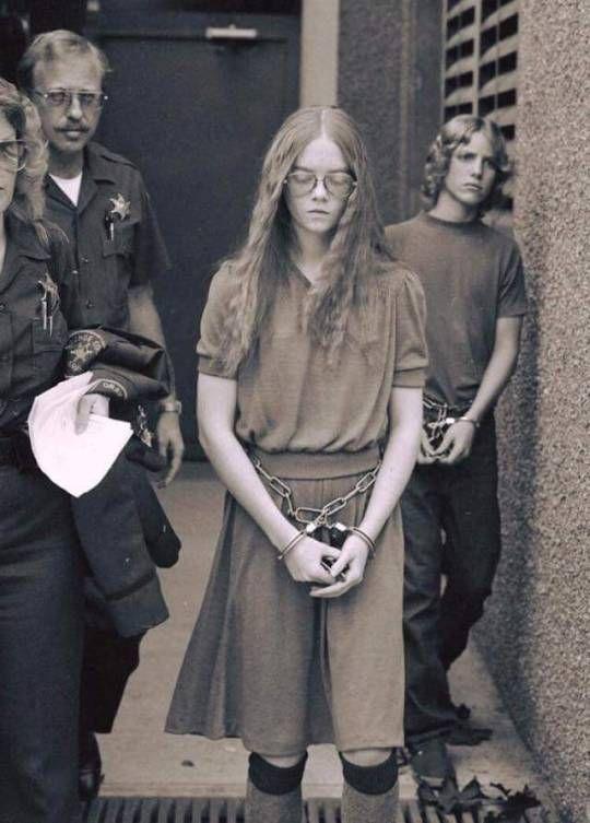 Brenda Ann Spencer es conducida al juzgado