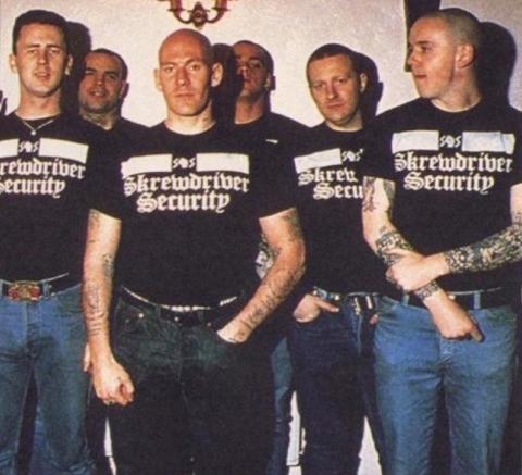 Nicky, en el centro, con el equipo de seguridad de Skrewdriver
