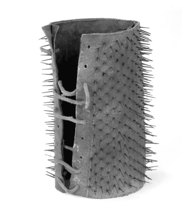 Brazalete apache con pinchos fabricado por Jean-Jacques Liabeuf (1910)