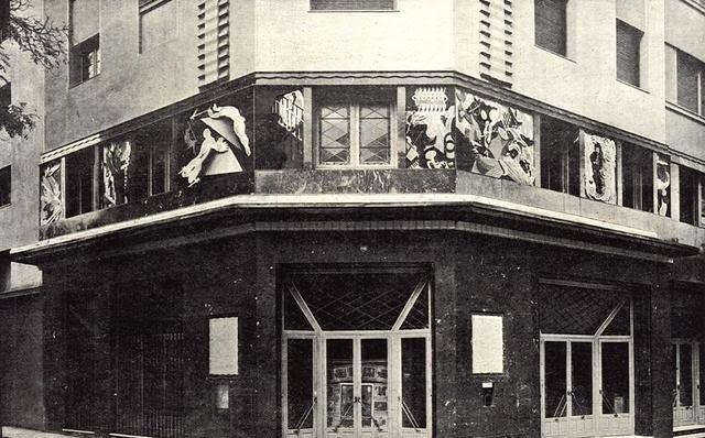 El cine San Carlos a comienzos de los años treinta, antes de ser el cine Durruti. Pueden verse los ochos paneles con ilustraciones