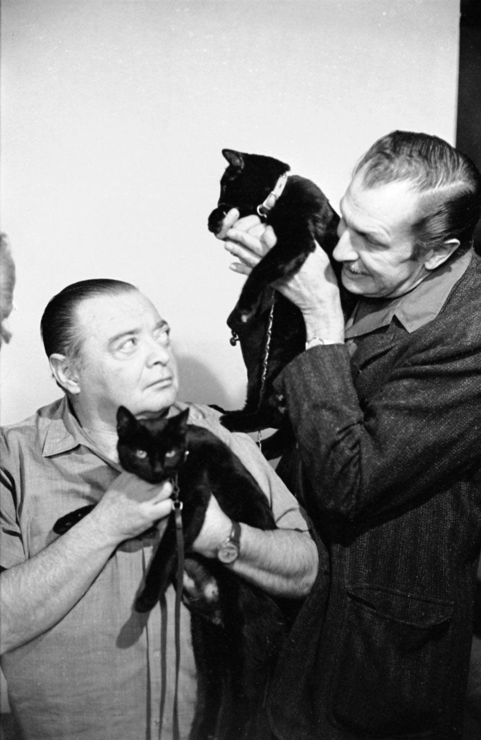 Peter Lorre y Vincent Price con dos de los gatos «candidatos»
