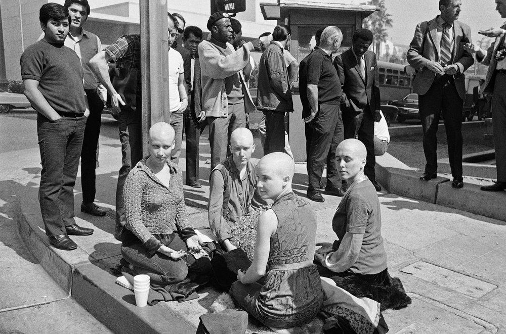 Seguidoras de Manson e integrantes de La Familia durante su juicio. Fotografía: AP