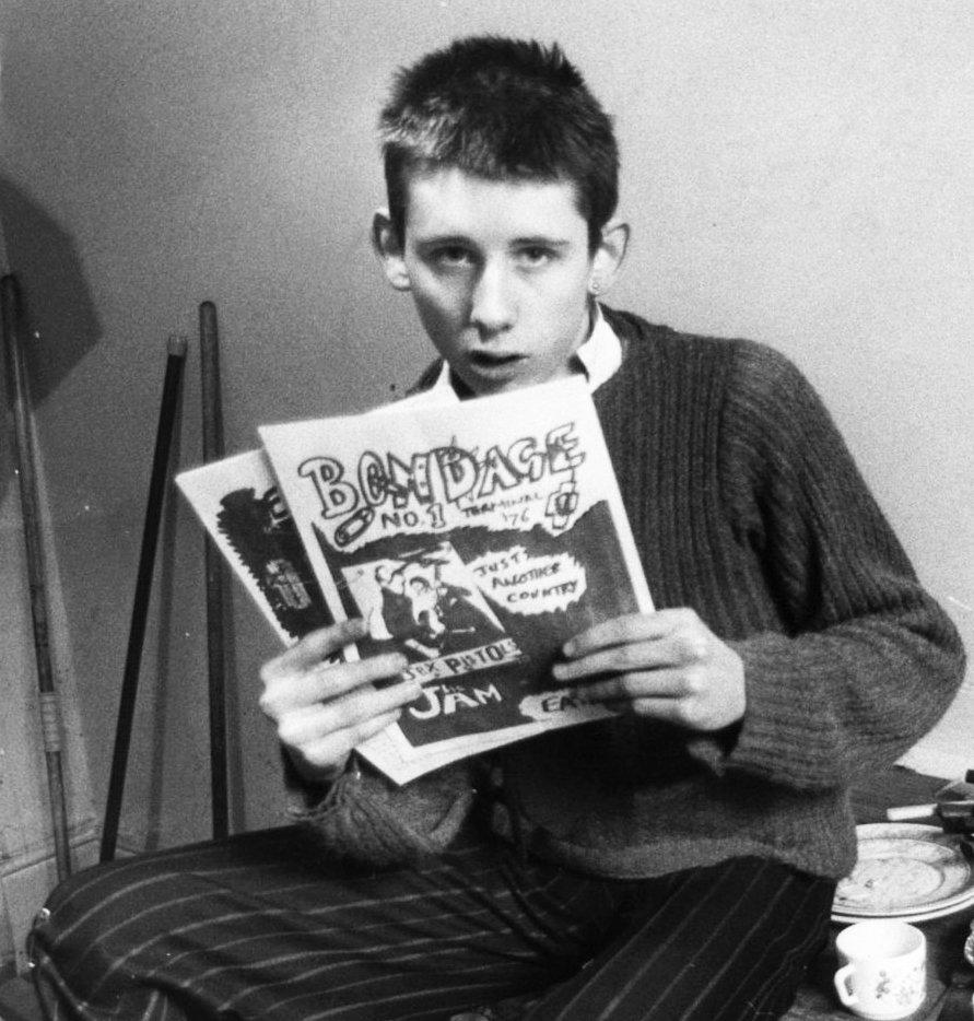 Shane MacGowan con su fanzine  Bondage  (1976)