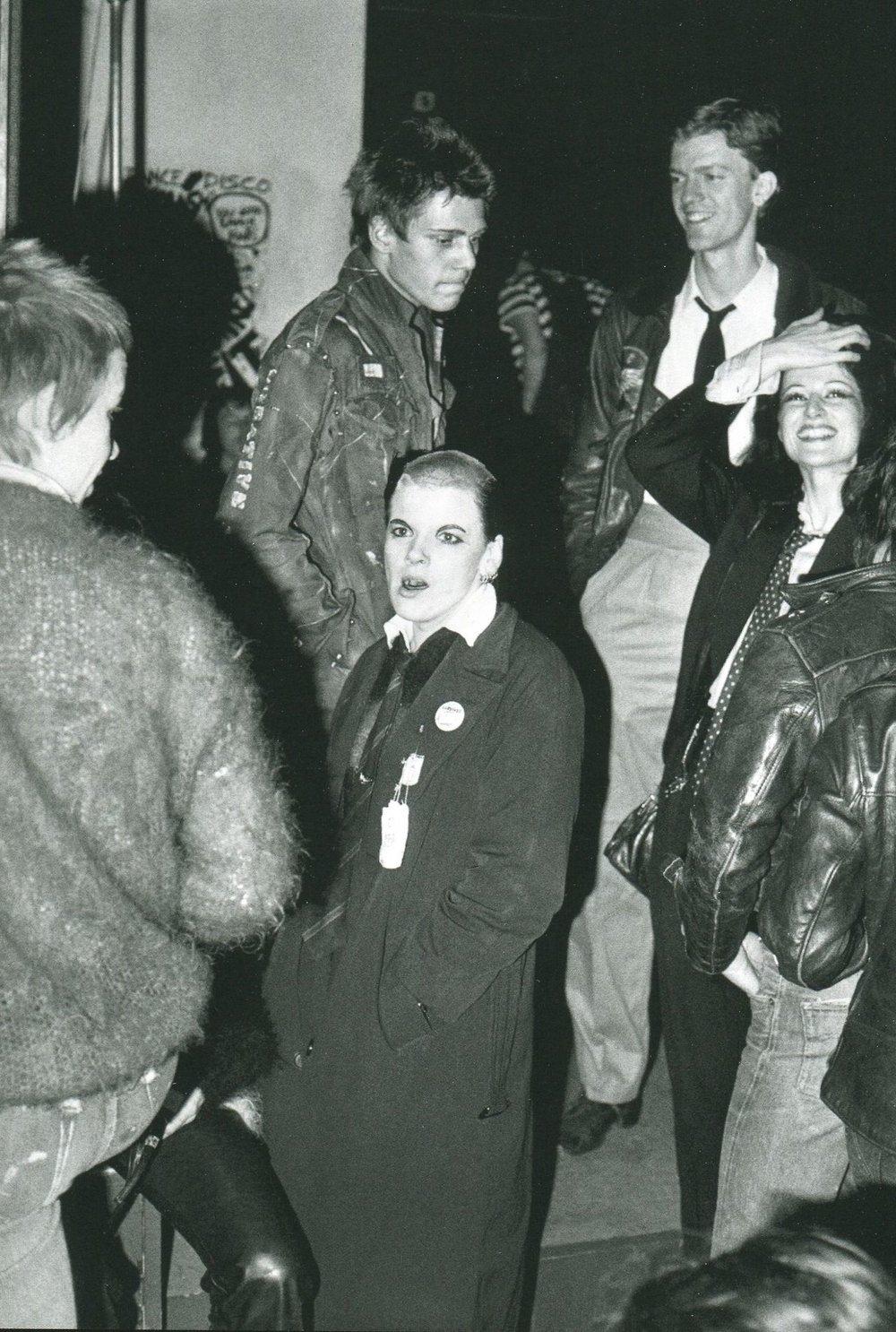 Punks junto a miembros de The Clash la noche de su show en el ICA. Fotografía: Sheila Rock