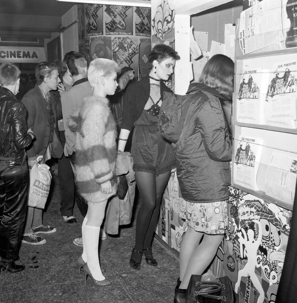 El público (en el centro, una jovencísima Siouxie) durante la exposición (ICA, 1976)