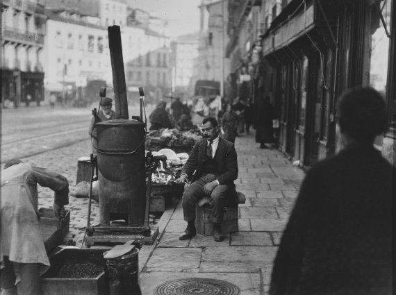 Tostador de café en la calle Toledo, alrededor de 1925. Fotografía: Sánchez Portela
